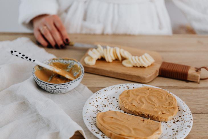 Comparación de los nutrientes en la mantequilla de maní y de almendras