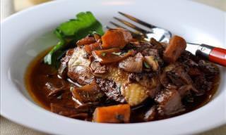 """Prepara Una Suculenta Receta Francesa """"Coq Au Vin"""" (Pollo Al Vino)"""