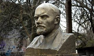 Chiste: El Viejo y Sabio Escultor Con El Busto De Lenin