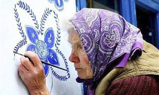 Una Mujer De 90 Años Pinta Su Pueblo Con Bellas Flores
