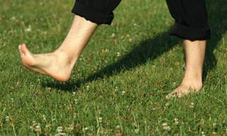 Earthing: Los Beneficios De Caminar Descalzos