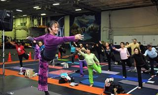 Una Inspiradora Instructora De Yoga De 74 Años De Edad