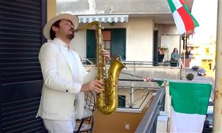 Saxofonista Italiano Da Concierto Desde Su Balcón