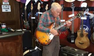 Te Impresionará Ver a Este Hombre De 80 Años Con Su Guitarra