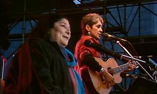 """""""Gracias a La Vida"""" De Mercedes Sosa y Joan Baez"""