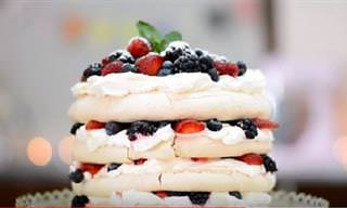 Torta De Merengue Pavlova Con Frutos Rojos