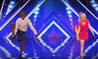 Estos Dos Encantadores Niños Sí Que Saben Cómo Bailar
