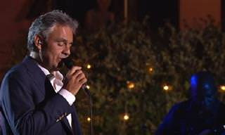 El Tenor Italiano Andrea Bocelli Interpreta 'Perfidia'
