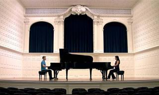"Dos Pianistas Interpretan ""Allegro Con Apirito"" De Mozart"