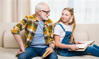 La Niña Estudia Las Arrugas De Su Abuelo